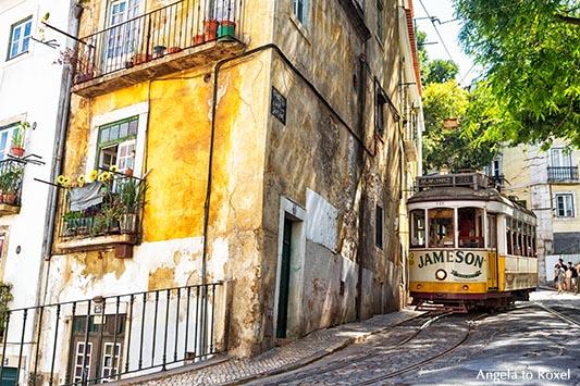 Fahrt mit der nostalgischen Straßenbahn, eléctrico, Linie 28, durch die Gassen der hügeligen Altstadt Alfama in Lissabon - Portugal 2016