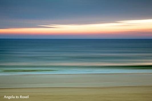 Sanfte Wellen spülen an den Strand, stimmungsvolle Langzeitbelichtung der Wellen bei Sonnenuntergang, Abendstimmung am Strand in Wenningstedt - Sylt