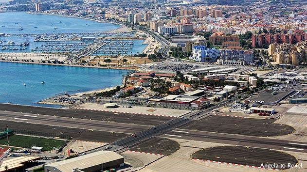 Blick vom Affenfelsen auf Gibraltar und die Winston-Churchill-Avenue, die die Landebahn des Flughafens kreuzt. Hier gilt: Luft- vor Bodenverkehr,
