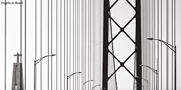 Auf der Brücke des 25. April in Lissabon, Hängebrücke über den Tejo, Fahrt von Lissabon nach Almada zur Statue Cristo Rei, monochrom - Portugal 2016