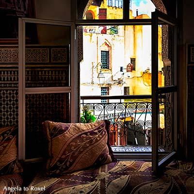 Marokkanische Kelim-Kissen auf einem Sitzplatz am Fenster mit Blick auf die Altstadt von Fès, älteste der vier Königsstädte - Fès-Meknès, Marokko 2013