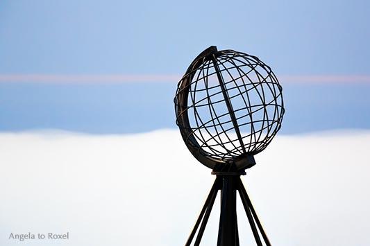 Fotografie: Weltkugel auf der Nordkap-Plattform in einer Mittsommernacht, Abendstimmung, Wolkenhimmel, Nordkapplatået, Magerøya, Finnmark, Norwegen