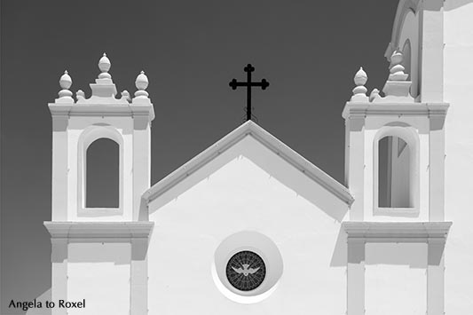 Detail der Kirche Nossa Senhora da Luz (Our Lady of the Light) in Praia da Luz, Strand des Lichts, schwarzweiß, Lagos, Algarve - Portugal 2016