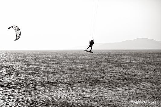 """Kitesurfer an der Costa de la Luz, Abendstimmung in Tarifa, eine der """"Welthauptstädte"""" für Wind- und Kite-Surfer, monochrom, Gegenlicht - Andalusien"""