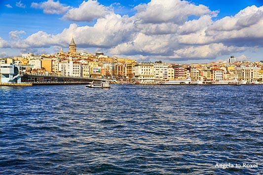 Blick von Eminönü über den Bosporus und die Galatabrücke zum Galataturm und dem Häusermeer von Karaköy, Beyoglu an einem Wintertag - Istanbul 2014