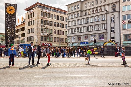 Spontanität in der City, Clowns und Musiker am Jahn-Platz, Alcina-Uhr, Samstag Mittag in der Innenstadt, spontan - Bielefeld, Ostwestfalen-Lippe 2016