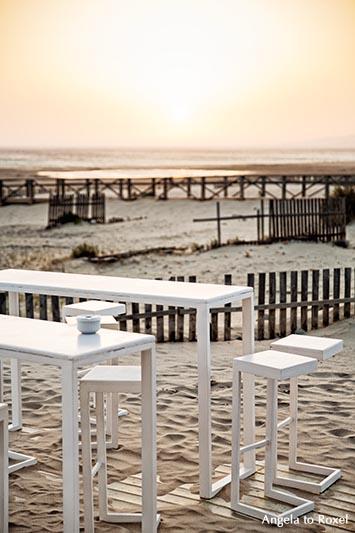 Fotografie: Strandbar in Tarifa, Tisch und Stühle, Sonnenuntergang in der südlichsten Stadt des europäischen Festlandes - Cádiz, Andalusien 2016