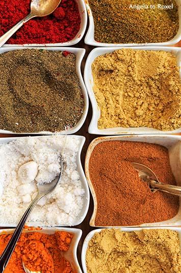 Fotografien kaufen: Verschiedene Gewürze, Gewürzmischungen für Tajine, marokkanische Spezialität, Gewürzpulver, Kochen in Marrakesch | Angela to Roxel