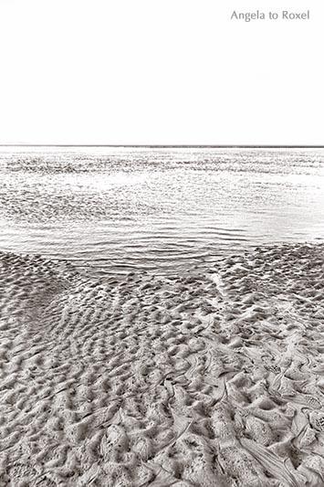 Landschaftsbild: Wattenmeer bei Ebbe, zwischen den Nordsee-Inseln Föhr und Amrum, Strukturen im Sand, monochrom, Utersum | Angela to Roxel