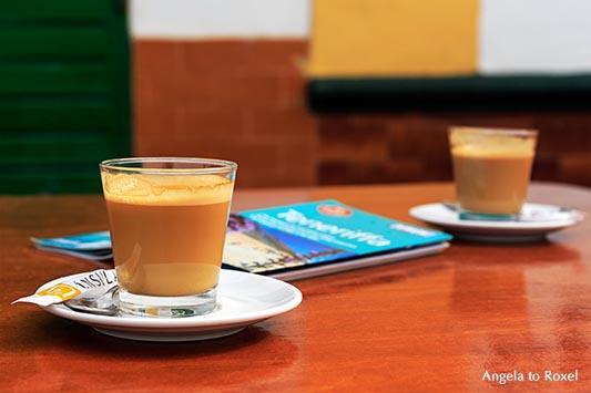 Fotografie: Reisepläne - Zwei Café cortado und ein Reiseführer auf einem Tisch in einer Bar - Roque de las Bodegas, Santa Cruz de Tenerife, Bildlizenz