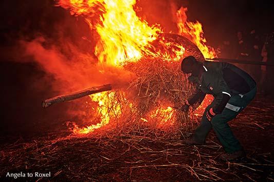 Fotografie: Anzünden der Osterräder beim Osterräderlauf in Lügde, Osterbrauch am Ostersonntag in Lügde, Feuer am Osterberg, Teutoburger Wald 2016