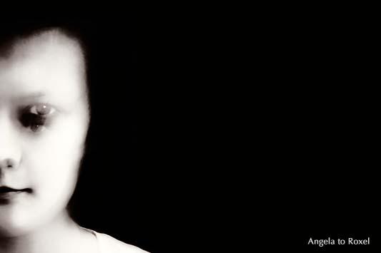 Monochromes Portrait einer jungen Frau, halbes Gesicht, linke Gesichtshälfte mit doppeltem Auge durch Zoom-Effekt, hell und dunkel - August 2012