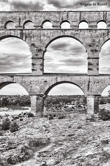 Die römische Aquäduktbrücke Pont du Gard, schwarzweiß, monochrom, Hochformat - Sehenswürdigkeit in Languedoc-Roussillon, Südfrankreich 2016
