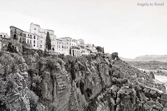 Fotografie von Ronda, die weiße Stadt liegt an der Schlucht von El Tajo, an der Straße der weißen Dörfer, monochrom, Andalusien 2016 - Stockfoto