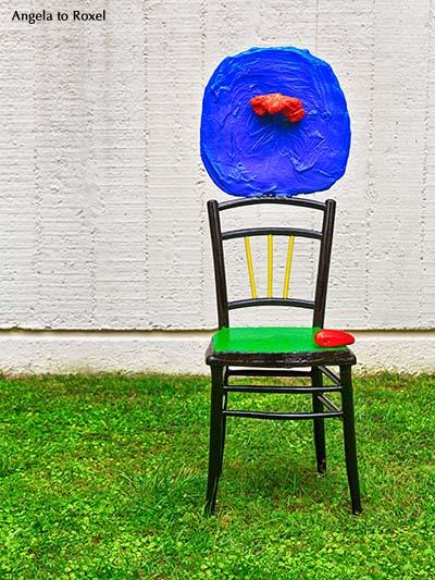 """Fotografie:  """"Sitzende Frau und Kind"""", Mirós Skulptur, die Form der Farbe, Installation im Innenhof der Fundació Joan Miró - Barcelona, Katalonien"""