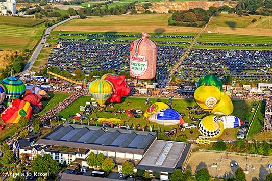 Fotografie: Startfeld A bei der 26. Warsteiner Internationalen Montgolfiade, Heißluftballone von oben beim Abendstart, Luftbild - Warstein 2016