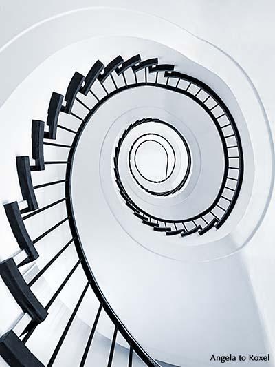 Fotografie: Wendeltreppe, Treppenhaus von unten, Spirale, spiralförmig, Schritt für Schritt, step by step, Symbol, monochrom, Hochformat. Hannover