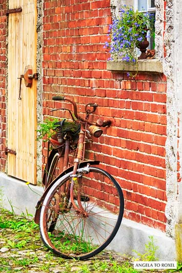 Fotografie: Altes rostiges Fahrrad lehnt an einer Hauswand in Worpswede, vor einem Bauernhaus imTeufelsmoor, Niedersachsen - Bildlizenz, Stockfoto