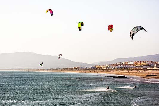 Fotografie: Kitesurfer am Strand von Tarifa bei Ostwind, Gleitschirme am Himmel über Tarifa, Abendstimmung am Meer, Costa de la Luz, Andalusien, Spanien