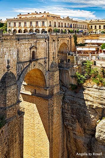 Fotografie: Die Brücke Puento Nuevo über die Schlucht El Tajo, Brückenbauwerk in der Stadt Ronda in der andalusischen Provinz Málaga im Süden Spaniens
