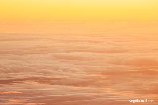 Fotografie: Über den Wolken, Sonnenuntergang in Pastellfarben, Wolkenmeer über den kanarischen Inseln, Luftbild aus einem Flugzeug, Bildlizenz
