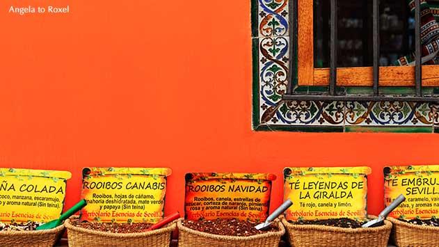 Verschiedene Teesorten in Körben vor der Fassade des Herbolario Esencias de Sevilla in der Altstadt von Sevilla, Andalusien