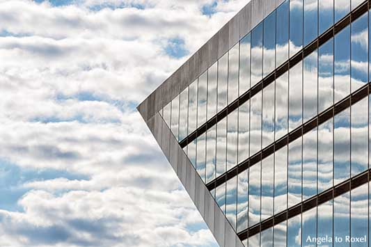 Architektur Bilder kaufen: Dockland Hamburg, Detail, leicht bewölkter Himmel spiegelt sich in der Fassade, Bürogebäude am Fähranleger, Altona-Altstadt