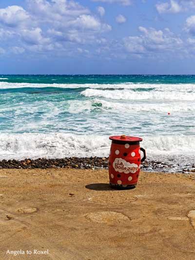 Fotografie: Stehtisch am Meer an der Uferpromenade von Las Negras, Cabo de Gata, Andalusien, Spanien | Kunstfotografie - Ihr Kontakt: Angela to Roxel