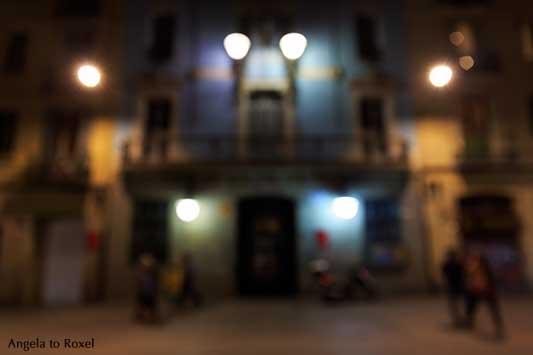 Barcelona-Gracia am Abend, defokussierte Aufnahme von Passanten vor beleuchteter, farbenfroher Fassade | Fotografien kaufen - Angela to Roxel