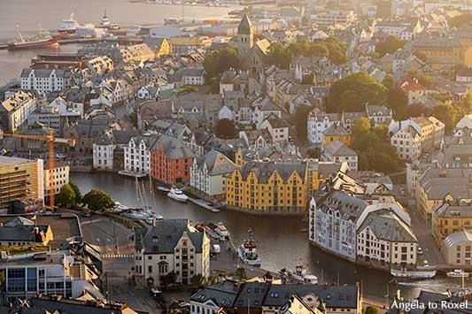 Blick von oben auf das Stadtzentrum von Ålesund im Abendlicht, More og Romsdal, Norwegen - Architektur Bilder kaufen | Angela to Roxel
