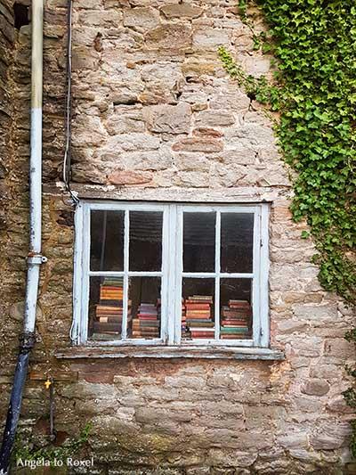Altes Holzfenster in einer Steinmauer, dahinter antiquarische und gebrauchte Bücher, Bücherstapel, Hay-on-Wye, Wales | Ihr Kontakt: Angela to Roxel