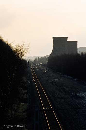 Zwei Kühltürme an einem Bahngleis, analoge Gegenlichtaufnahme im Winter 1981 in Gelsenkirchen | Fotografien kaufen - Ihr Kontakt: Angela to Roxel
