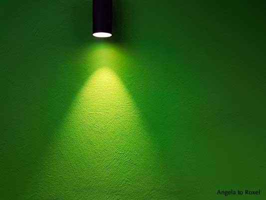 Leere grüne Wand im Scheinwerfer-Licht, Bühnenlicht | Kunstfotografie kaufen - Ihr Kontakt: Angela to Roxel