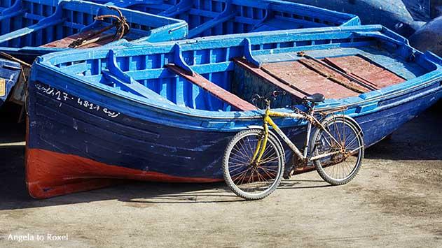 Fotografie: bike n boat, altes Fahrrad vor blauen Booten im Fischereihafen von Essaouira, Marokko | Kunstfotografie kaufen - Angela to Roxel