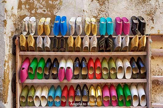 Verschiedenfarbige Babouchen, bunte marokkanische Lederpantoffeln in einem Regal, Altstadt von Fez, Marokko 2013 | Fotografien kaufen - Angela to Roxel