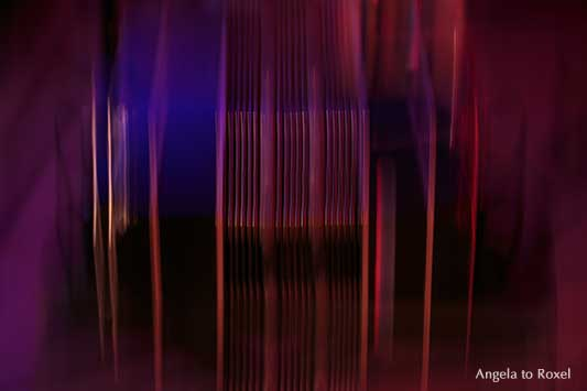 Milonga, Tango, Bandoneon Panning, Mitzieher oder Wischtechnik, Rot-, Violett- und Blautöne, senkrecht | Kunstfotografie kaufen - Angela to Roxel
