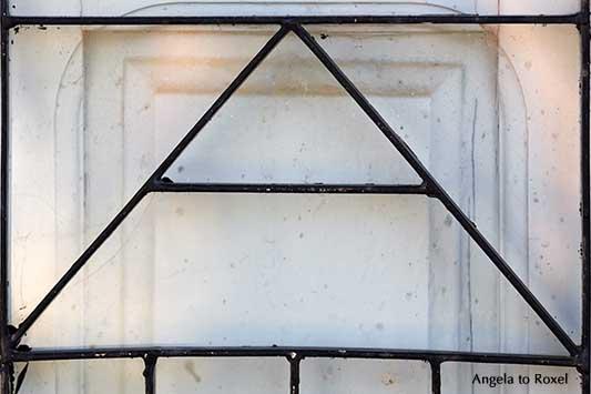 Buchstabe A, Großbuchstabe, schwarzes Metallgitter vor weißer Holztür, Buchstaben sehen, Vorlage für ein Foto-Puzzle, Scrabble | Kunstfotografie kaufen - Angela to Roxel
