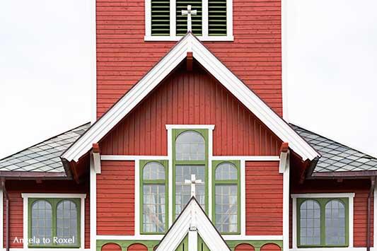 Buksnes kirke, Detail einer Stabkirche in Norwegen, Giebel, Fenster und zwei Kreuze, Kirche im Drachenstil, aus Holz gebaut, Gravdal, Lofoten, Nordland
