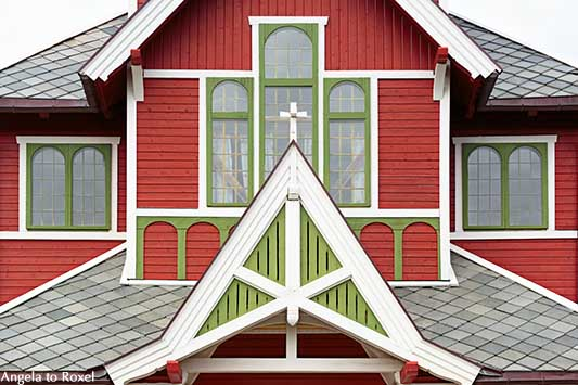 Detail einer Stabkirche auf den Lofoten, Fenster und Giebel, Kirche im Drachenstil, aus Holz gebaut, Buksnes Kirche, Lofoten, Norwegen - Angela to Roxel