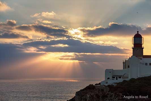 Leuchtturm Cabo de São Vicente bei Sonnenuntergang, Südwestspitze des europäischen Festlands, Steilküste bei Sagres, Algarve, Portugal | A. to Roxel