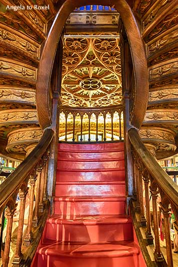 Imposanter Treppenaufgang, geschwungene Holztreppe in der Buchhandlung Livraria Lello, Buchladen in Porto, Portugal | Angela to Roxel