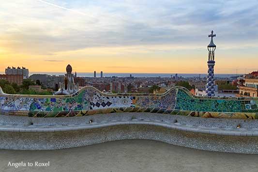 Park Güell ohne Besucher am frühen Morgen, stimmungsvoller Blick auf Barcelona bei Sonnenaufgang, Carmel Hill, Katalonien - Angela to Roxel