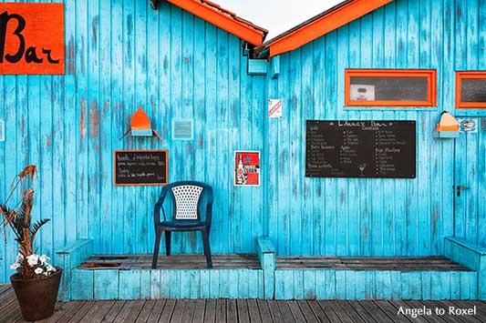 Bar am Atlantik, Terrasse vor einem blau und orange gestrichenen Holzhaus, Fassade auf der Île d'Oléron, Frankreich | Angela to Roxel