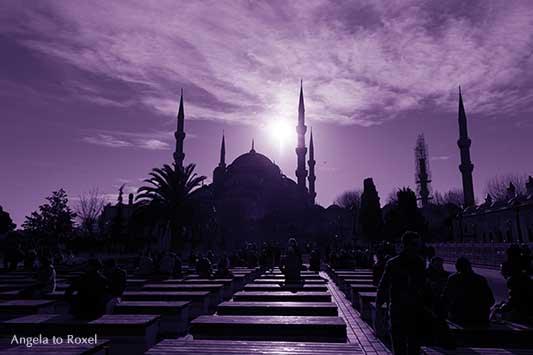 Menschen in Istanbul, im Hintergrund die Blaue Moschee, Sultan-Ahmed-Moschee, Silhouetten im Gegenlicht, monochrom, ultraviolett | Angela to Roxel