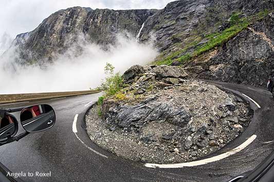Abfahrt am Trollstigen: Der Weg ist das Ziel, Fisheye-Aufnahme, Haarnadelkurve mit Wasserfall Stigfossen, Passstraße in Norwegen - Angela to Roxel