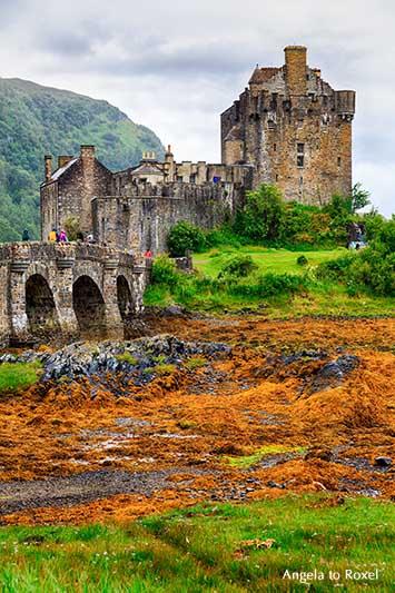 Eilean Donan Castle, Blick auf die steinerne Brücke und die Burg, Touristen-Attraktion und Filmkulisse in Schottland | Fotografie Bilder kaufen