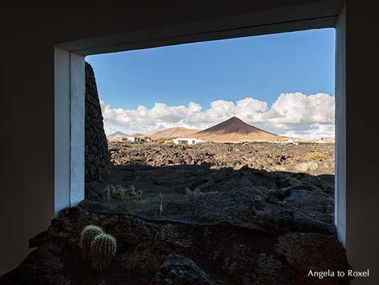 Volcano house, Fenster mit Lavafluss, im Hintergrund Vulkanlandschaft, Fund. César Manrique, Tahíche, Lanzarote, Kanarische Inseln | Angela to Roxel