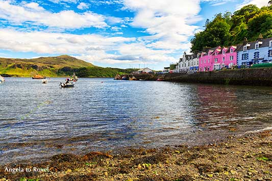 Idylle im Hafen von Portree, pinkfarbene Häuser, eine farbenfrohe Häuserreihe am Quai, Isle of Skye, Hochland, Schottland |  Angela to Roxel