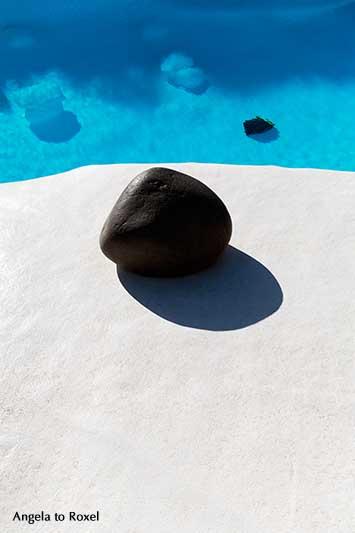 Schwarzer Lavastein am Pool in Jameos del Agua, von César Manrique erbaute Anlage im Lavafeld des Vulkans Monte Corona, Lanzarote | Angela to Roxel