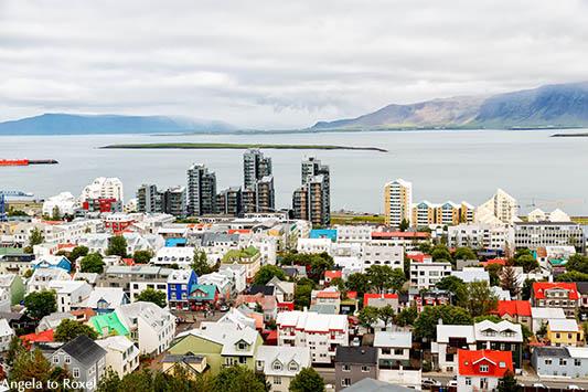 Blick von der Hallgrimskirkja über die bunten Dächer von Reykjavik auf die Hochhäuser am Meer, Island 2018 - Angela to Roxel | Fotografien